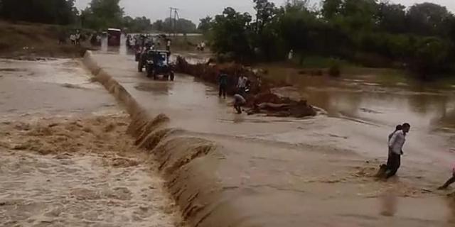 बिना सूचना बांध के गेट खोले, 12 गांव में आई बाढ़, 24 परिवार छतों पर | MP NEWS
