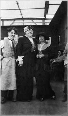 """Чарли Чаплин, Мари Дресслер и Мэйбл Норманд в декорациях """"Застигнутого в кабаре"""" (1914)"""