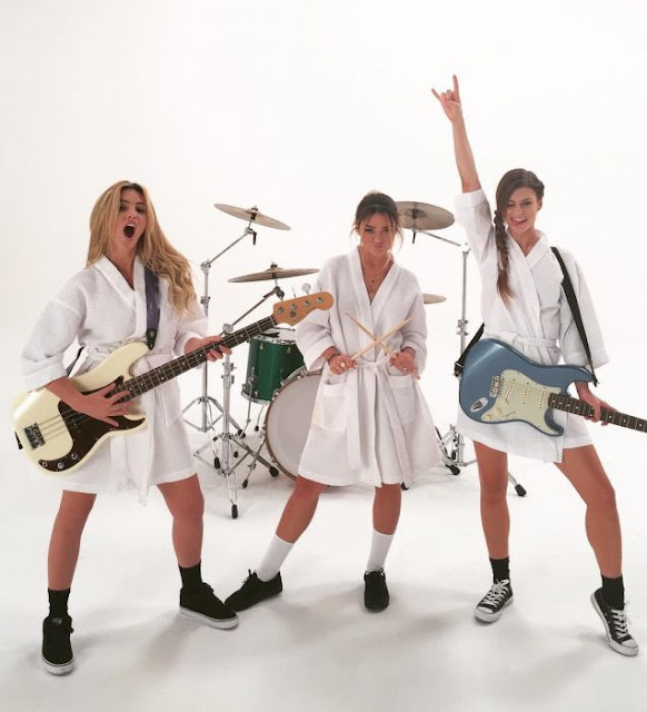 Blink 182 recrea'What´s my age again?' con tres mujeres
