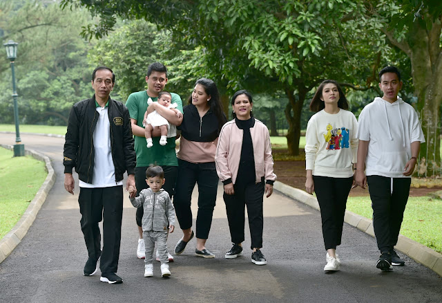 Momen Kehangatan Presiden dan Keluarga Jalan Pagi di Istana Bogor