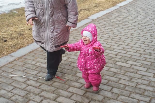 маленькая девочка гуляет