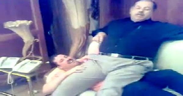 بالفيديو رئيس الجمهورية الأسبق يجلس على حجر سكرتيره الخاص