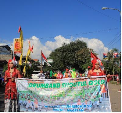 Aksi Drumband MI Darul Ulum Pada Parade HUT RI Ke-71 di Kecamatan Barat
