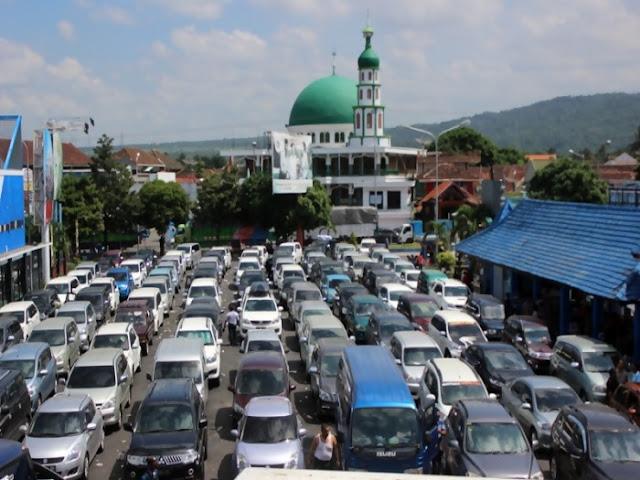 Antrian mobil di pelabuhan Ketapang.