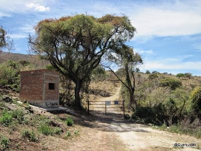 Caseta y primer puerta rumbo al sendero Los Sauces y a la Bola del Cerro Viejo