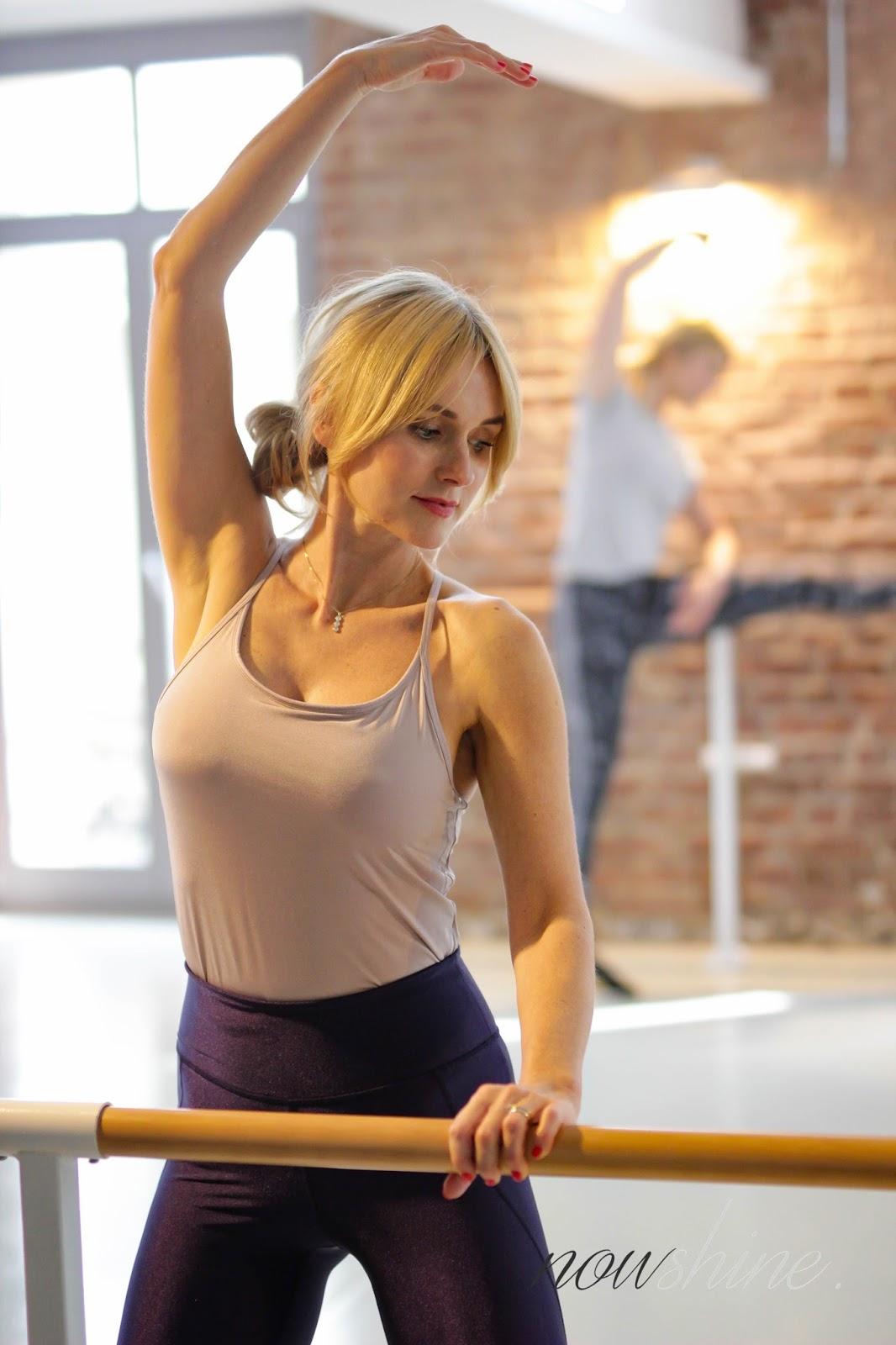 Barre Workout - Fitness - Sportroutine - Ballett Workout - Studio Düsseldorf - Isotonische Getränke nach dem Sport - Frau an Ballettstange