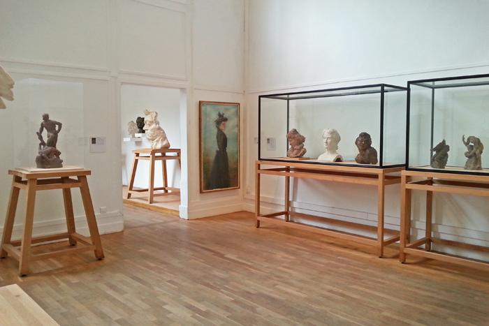 Vue de la première salle du musée Bourdelle. On y aperçoit plusieurs bustes dont certains de Beethoven et une toile.