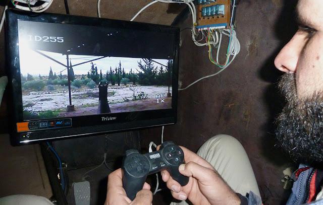 Rebelde sirio manejando un arma ocn un joystick