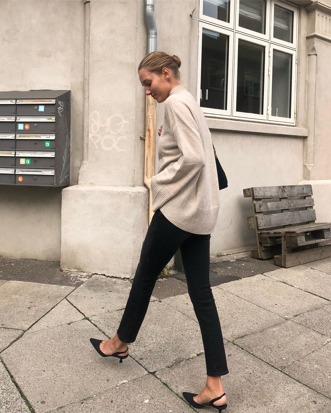 Stylish Fall Outfit Idea From Instagram — Oversized Neutral Sweater, Black Skinny Jeans, and Slingback Heels