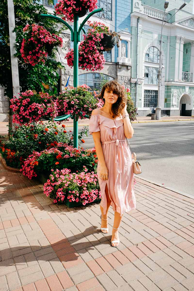 с чем сочетать розовое платье