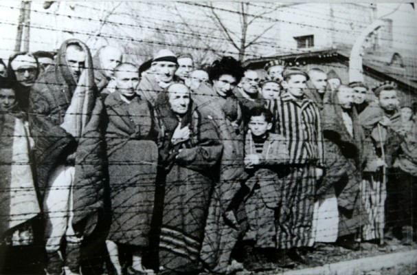 Nazistas enviam o primeiro grupo de judeus para campos de concentração