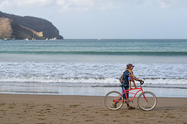 Un père avec son enfant sur la plage à San Juan del Sur