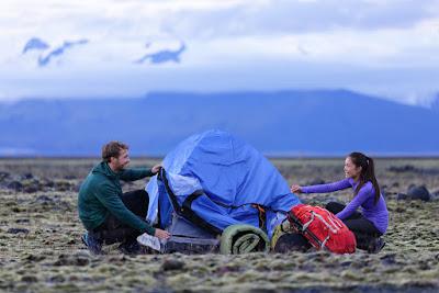 Pareja acampando en Islandia