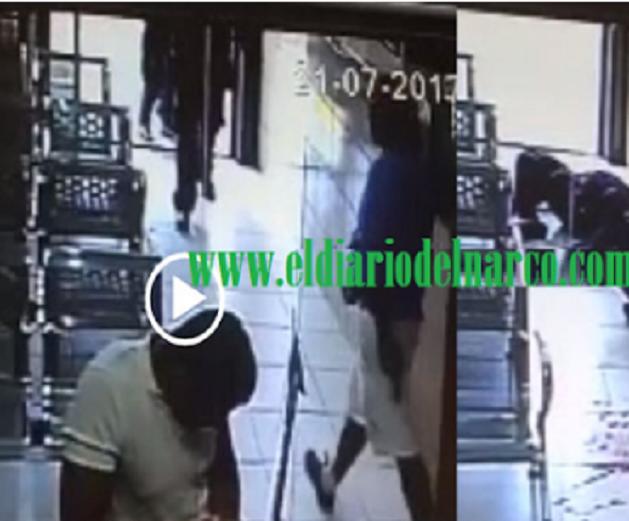 VIDEO: CAPTAN MOMENTO EN QUE LADRÓN EJECUTA A DOS POLICÍAS QUE ACUDÍAN A LLAMADO DE UN ASALTO EN GUADALAJARA