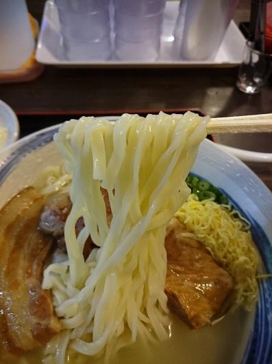 沖縄そば まるやす 中城店の自家製生麵の写真