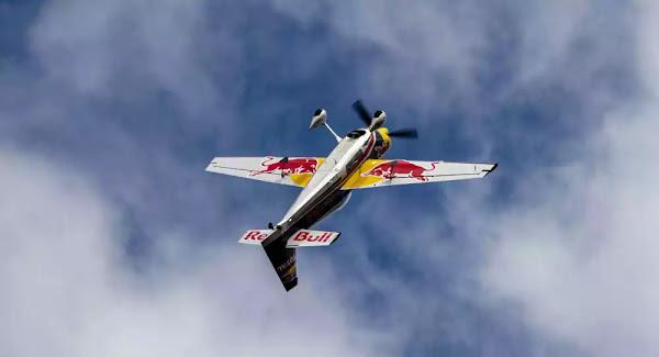 Τρομακτική συντριβή: Αεροπλάνο επιδείξεων της Red Bull έπεσε στο πλήθος - Βίντεο