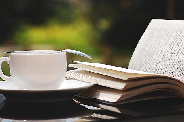 Ngopi sore hari sambil mambaca adalah paduan yang pas. Foto : Pixabay.