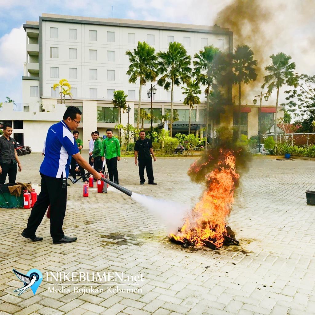 Karyawan Meotel Kebumen Dilatih Cara Memadamkan Api dengan Apar