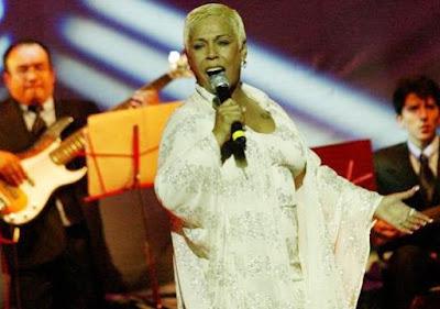Lucía de la Cruz cantando en el escenario
