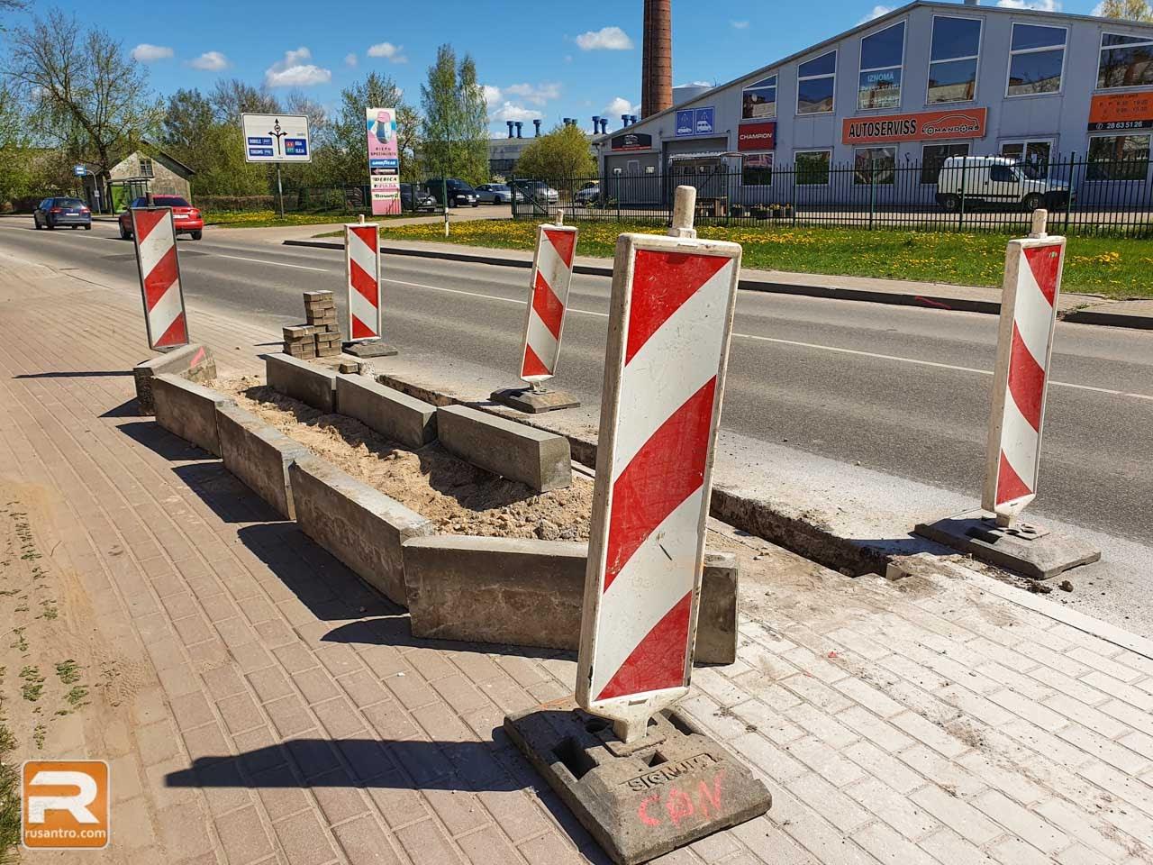 Zīmes ierobežo gājēju pārējas celtniecības vietu