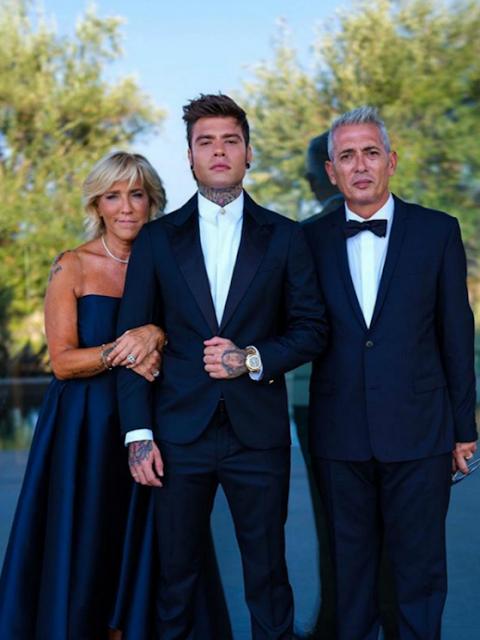 Fedez con sus padres en la boda Los Ferragnez