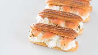 Forma alargada de la masa de profiterol, rellenos de queso y de salmón