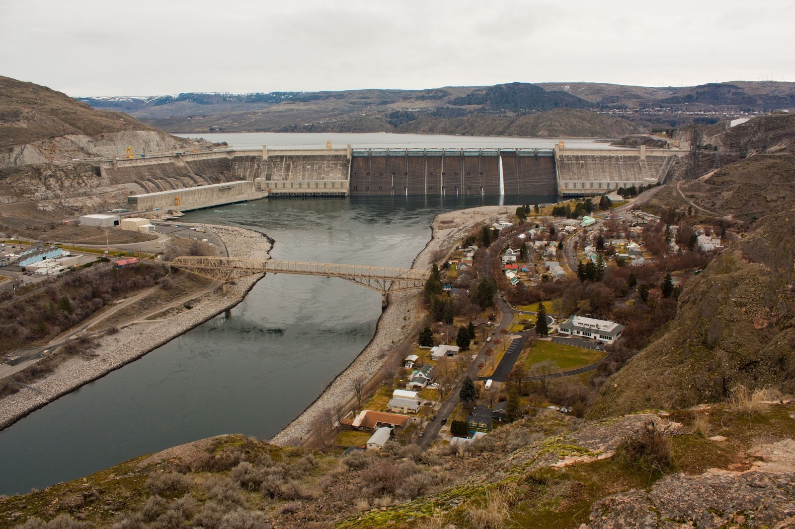 coulee dam Grand coulee dam (ko͞o`lē), 550 ft (168 m) high and 4,173 ft (1,272 m) long, on the columbia river, n central wash, nw of spokane built 1933–42 as a key unit in the columbia.