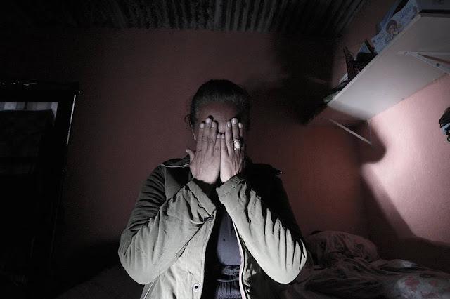 """""""Não fui carrasca"""", desabafa mãe que acorrentou filha viciada em crack"""