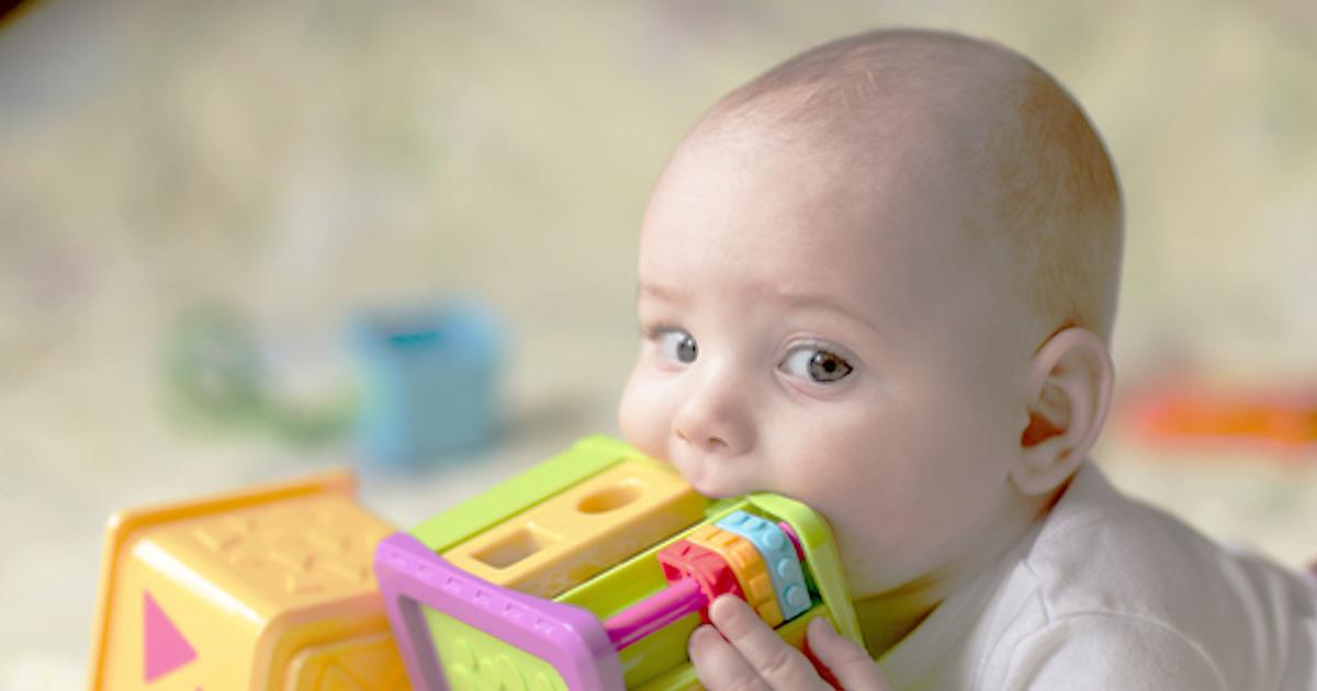 Mua đồ chơi trẻ em trí tuệ cho các bé thích cho mọi thứ vào mồm