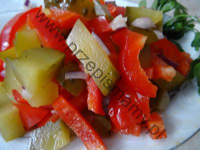 Sałatka z ogórka kiszonego i papryki