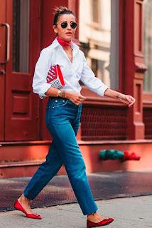 Outfit con dettagli in rosso