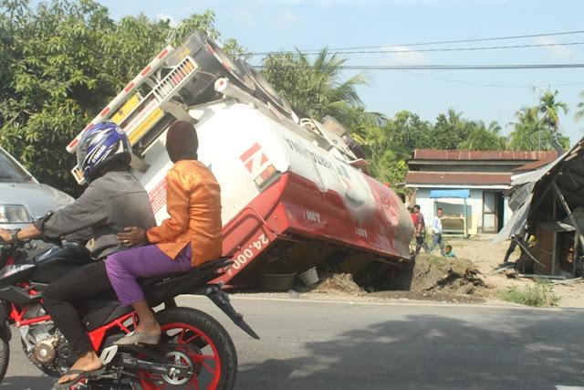 Hindari Sepeda Motor, Truck Tangki Pertamina Seruduk Warung