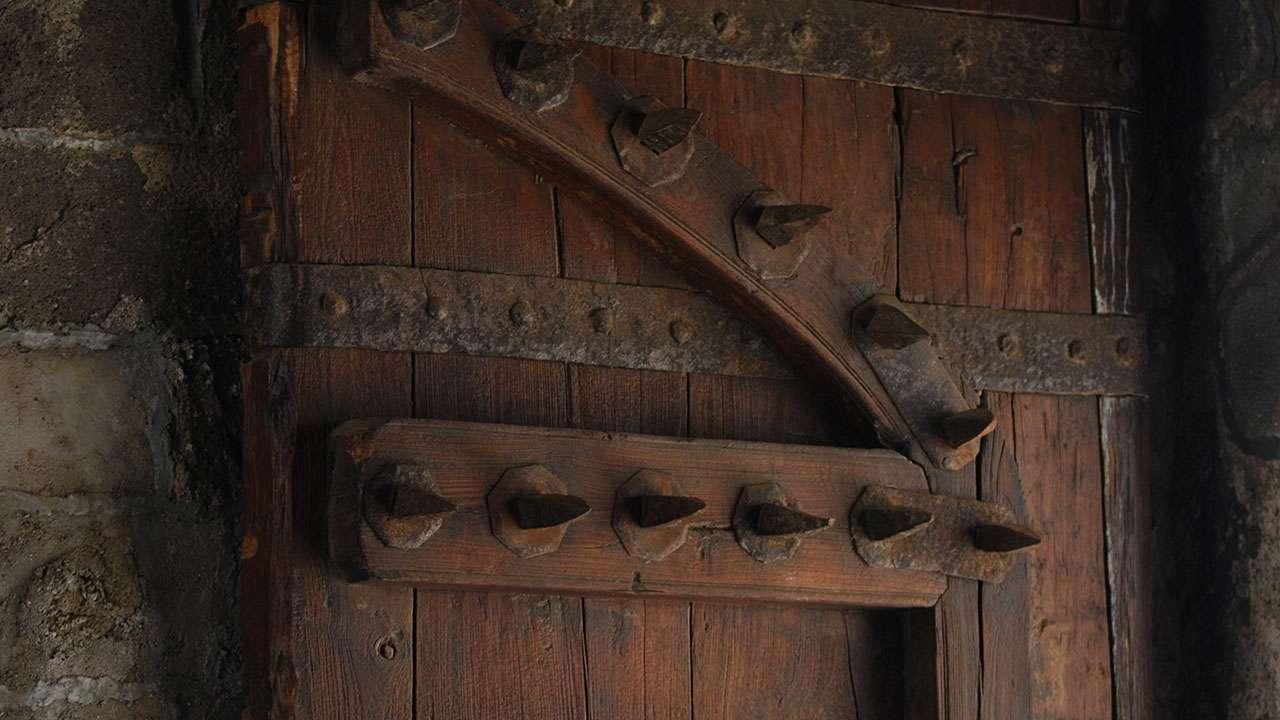 किल्ल्याचा भक्कम लाकडी दरवाजा