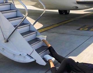 Ναταλία Γερμανού πεσμένη στα σκαλοπάτια αεροπλάνου