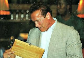 O ator Arnold Schwarzenegger visita a Cachaçaria Weber Haus, em Ivoti