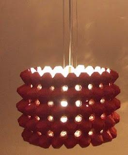 http://www.manualidadeson.com/lampara-reciclada-con-cartones-de-huevos.html