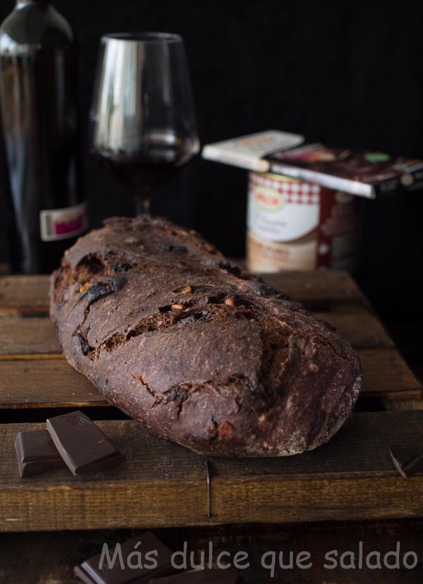 Pan de chocolate y vino tinto con naranja confitada