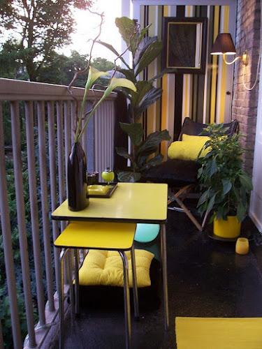 Pequeño balcón muebles amarillos de formica