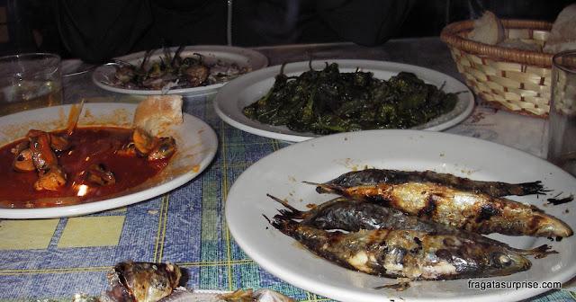 Pratos típicos da Galícia: sardinhas, mexilhões e pimientos de Padrón
