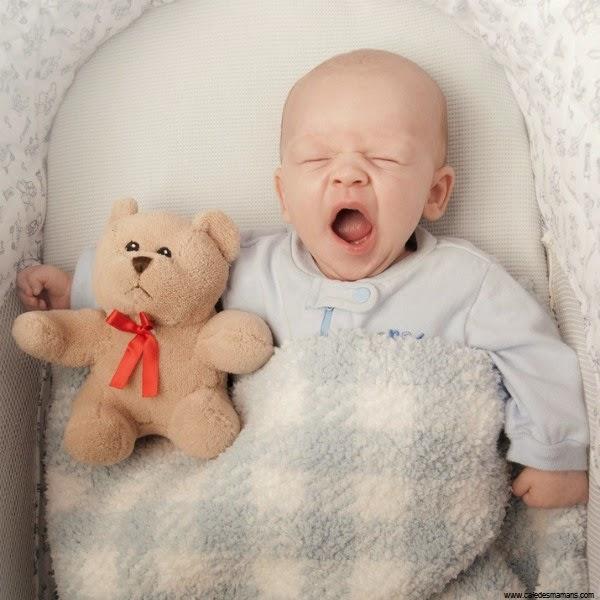 Bébé drôle qui dort avec doudou
