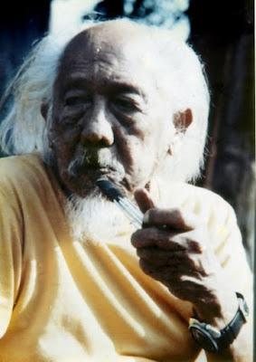 Biografi Affandi        Affandi Koesoema adalah seorang pelukis yang dikenal sebagai Maestro Seni Lukis Indonesia, mungkin pelukis Indonesia yang paling terkenal di dunia internasional, berkat gaya ekspresionisnya yang khas. Pada tahun 1950-an ia banyak mengadakan pameran tunggal di India, Inggris, Eropa, dan Amerika Serikat. Pelukis yang produktif, Affandi telah melukis lebih dari dua ribu lukisan.  Sebelum mulai melukis, Affandi pernah menjadi guru dan pernah juga bekerja sebagai tukang sobek karcis dan pembuat gambar reklame bioskop di salah satu gedung bioskop di Bandung. Bakat melukis yang menonjol pada diri Affandi pernah menorehkan cerita menarik dalam kehidupannya. Suatu saat, dia pernah mendapat beasiswa untuk kuliah melukis di Santiniketan, India, suatu akademi yang didirikan oleh Rabindranath Tagore. Ketika telah tiba di India, dia ditolak dengan alasan bahwa dia dipandang sudah tidak memerlukan pendidikan melukis lagi. Akhirnya biaya beasiswa yang telah diterimanya digunakan untuk mengadakan pameran keliling negeri India.  Affandi sangat mengagumi Sukasrana, tokoh wayang berwujud raksasa berwajah buruk, namun memiliki loyalitas penuh terhadap Sumantri, kakaknya. Dalam cerita wayang, akhirnya Sukasrana terbunuh oleh sang kakak yang meragukan loyalitasnya. Penghianatan Sukasrana tidak pernah terbukti, dan rasa sesal tak terhingga menghimpit dada Sumantri. Affandi pernah mengalami wabah