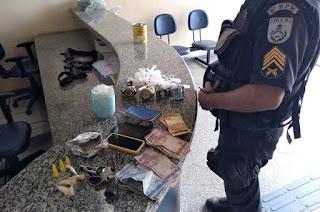 http://vnoticia.com.br/noticia/3685-pm-prende-tres-com-arma-municoes-e-drogas-no-macuco-em-sfi