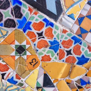 Trencadís multicolor del banco sinuoso del Park Güell de Gaudí