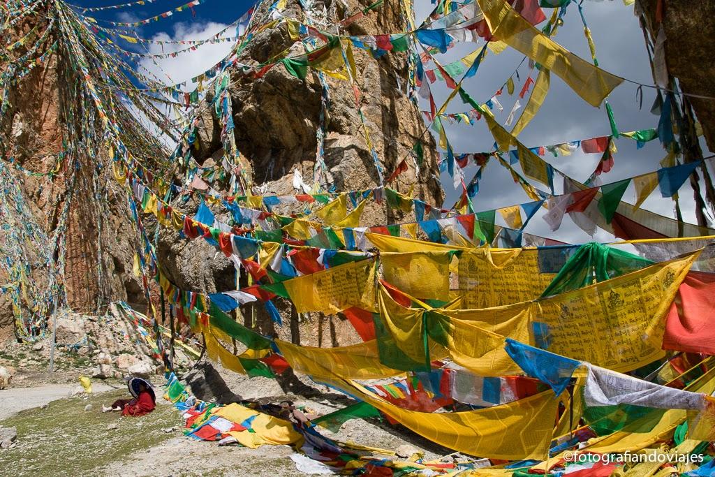 Banderas de oración en el lago Nam Tso (Tibet)