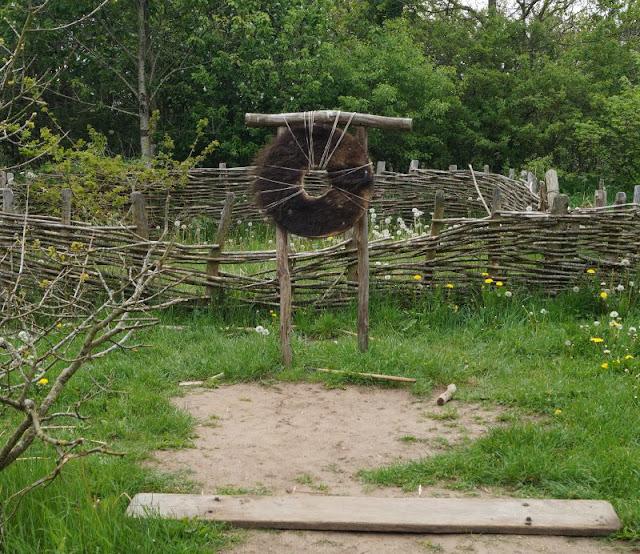 Erlebt die Wikinger! Unser Tag im Ribe VikingeCenter. Aktivitäten: Wikinger Langbogen bzw. Bogenschießen.