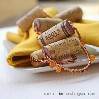 https://socksandmittens.blogspot.com/2014/11/napkin-rings-with-wine-cork-stoppers.html