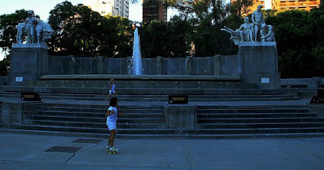Plaza Alemania.Niños patinando en el monumento