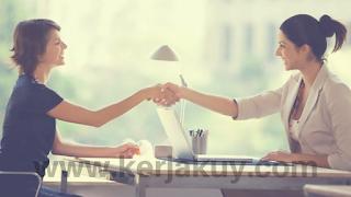"""7 hal yang harus dihindari dalam wawancara Wawancara merupakan salah satu bagian yang paling penting dalam proses perekrutan karyawan baru. Anda yang tentu menyadari hal ini. Meskipun tampaknya tidak lebih sulit daripada tes tertulis, wawancara ternyata cukup besar untuk memberikan pertimbangan yang akan diterima ataukah tidak di sebuah perusahaan.Tidak sedikit di antara pencari kerja yang bingung, mengapa mereka gagal dalam proses wawancara meskipun memiliki kualifikasi yang sangat bagus serta mengantongi dan pengalaman kerja yang banyak sekali. Rupanya sikap  kita ketika wawancara patokan secara signifikan, dan banyak dari pencari kerja yang meremehkan itu.  Mari kita bersama-sama melihat, peringai apa saja yang dapat membuat anda tercoret dari daftar calon karyawan baru di kantor impian anda.  1. Jika anda tampak acuh tak acuh, tidak fokus, tanpa tujuan dan tanpa tekad yang kuat pasti anda akan tercoret dari daftar calon karyawan baru.  """"Hmm .... Saya melamar di sini .... karena .... hari ini adalah perusahaan ini yang membuka lowongan"""" atau """"Ya .... karena saya seorang fresh graduate, saya ingin mencoba semua lowongan yang ada"""" adalah beberapa contoh jawaban yang menunjukkan bahwa anda benar-benar kosong akan ketertarikan di perusahaan yang anda lamar. Tidak ada perusahaan yang suka dijadikann tempat trial and error. Tidak ada perusahaan yang mau mempekerjakan orang tanpa dedikasi. Pastikan anda sudah membangun niat dan mencari tahu banyak informasi tentang perusahaan yang anda akan membuatnya terlihat bahwa anda pencari kerja dengan visi dan misi yang jelas.  2. kegagalan untuk lolos ke tahap berikutnya seleksi bisa jadi karena anda terlihat terlalu ingin mengambil keuntungan dari semua fasilitas perusahaan yang ada  Belum apa-apa anda sudahlangsung bertanya tentang gaji, tunjangan, bonus, sistem keuangan perusahaan, liburan, fasilitas rumah atau kendaraan. Tentu, perusahaan itu begitu ilfil ingin mempekerjakan anda. Tentu, salah satu alasan kita bekerja adalah"""