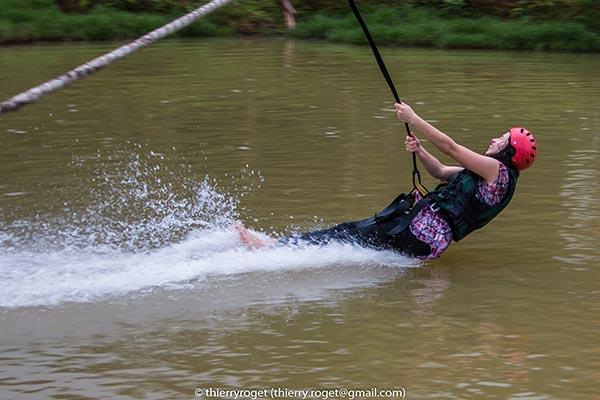Photo de sport : descente à la tyrolienne et atterrisage dans l'eau