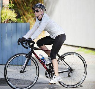 Consejos saludables. Ejercicio físico. Mujer en bicicleta